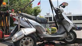 騎身障機車誤入國道 台南老翁自摔不治台南一名80歲謝姓老翁14日上午騎著身障機車誤入國道一號,經下營路段時疑輾過路面掉落物不慎自摔,送醫搶救仍宣告不治。圖為老翁所騎乘機車。(翻攝畫面)中央社記者楊思瑞台南傳真 107年5月14日