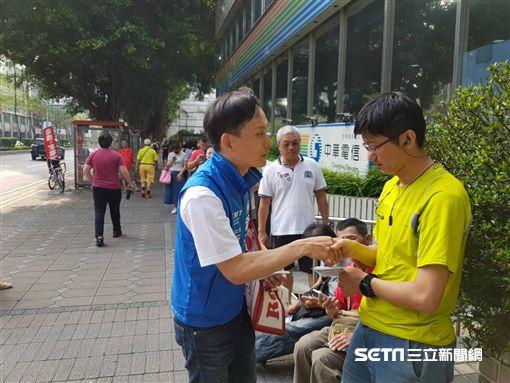 新北市議員參選人葉元之中華電信門口拉票 團隊提供