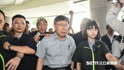台北市長柯文哲專案報告與大灣北段居民抗議發生推擠。 (圖/記者林敬旻攝)