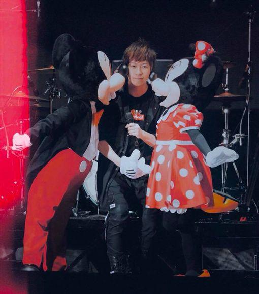 五月天阿信臉書嗆聲,香港迪士尼開唱,翻攝自臉書
