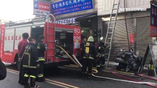 4樓火警1樓不開門! 警消克難架梯灌救