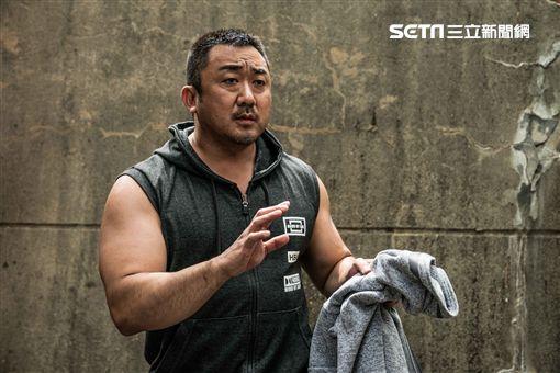 「地表最強老公」馬東石,在韓國熱血感人電影《冠軍大叔》,飾演一名熱血的腕力選手。(圖/華映電影提供)