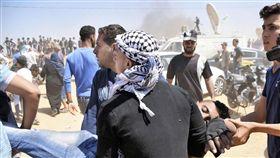 加薩衝突  場面火爆巴勒斯坦抗議群眾14日在加薩東部幫忙運送一名遭以色列軍隊開槍擊中的男子。(共同社提供)中央社  107年5月15日