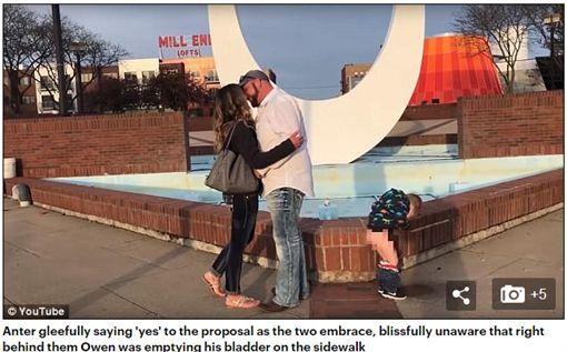 媽媽被求婚,兒子在一旁脫褲放尿。(圖/翻攝Daily Mail)