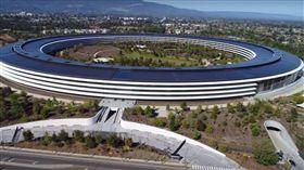 美得零死角!蘋果新總部設計超驚艷 連停車場都「蘋果風」(圖/翻攝自Duncan Sinfield YouTube)