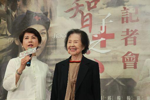 林智惠護理生涯拍成戲劇卻停播今年91歲、人稱「林阿姨」的林智惠(右)台大醫院退休後,投入花蓮慈濟醫院二度退休,但退而不休,繼續擔任志工。大愛電視台將她的故事拍成戲劇,但播出2集後電視台決定停播。(大愛電視台提供)中央社記者江佩凌傳真 107年5月15日