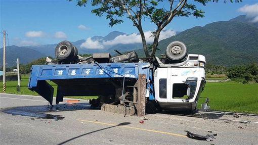 大貨車遭撞翻覆