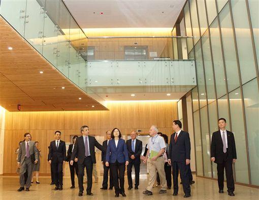 蔡英文總統參觀AIT內湖新館。(圖/翻攝AIT臉書)