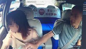四川一名女子搭上計程車,被司機撩衣試圖窺探胸部。(圖/翻攝重慶晚報)