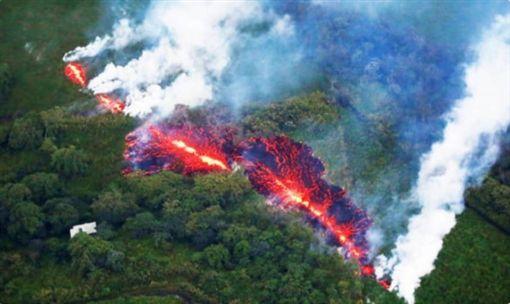 美國夏威夷島(大島)Kilauea火山自爆炸以來,岩漿散布區域已達117英畝,約1,800位居民遭強迫撤離。外交部領事事務局今(15)日在官網將夏威夷島旅遊警示更新為「灰色警示-提醒注意」,呼籲國人盡量避免前往夏威夷島旅遊。(圖/翻攝自推特)