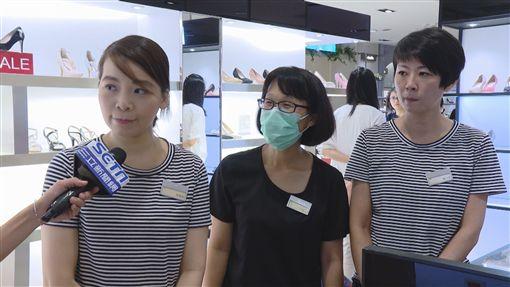 新光三越南西二館結束營業,櫃姐捨不得(記者陳則凱攝影)