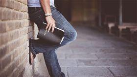 男性,褲子,牛仔褲,下半身,看書,牆壁,走廊,拖鞋(圖/Pixaby)