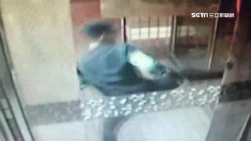 涉竊被公布照片 男不滿跑到社區踹門洩憤