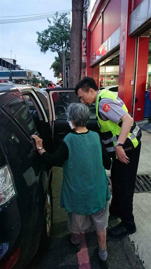 83歲嬤騎車自摔2次 暖警直送到府台中,阿嬤,騎車,迷路,自摔,暖警,老人毅哥提供