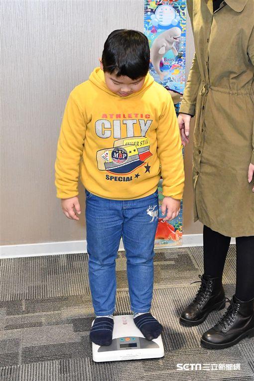 台灣肥胖醫學會理事、減重醫師蕭敦仁說,孩子鈣質攝取不足,不但影響身高骨骼發育,還會增加脂肪合成。(圖/公關照)