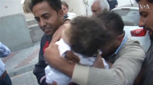 以巴衝突釀3000死傷 8月大嬰兒竟被催淚瓦斯毒死圖/翻攝自VOA News YouTubehttps://www.youtube.com/watch?v=aRwFXE3TjEc