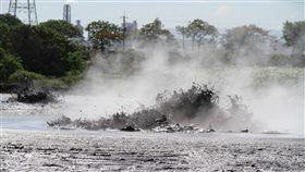 屏東萬丹泥火山噴發 農田受損(1)屏東萬丹鄉泥火山15日清晨噴發,直到下午仍在噴發中,造成附近農田受損。縣政府表示,泥火山造成的農損可以申請天然災害補助。中央社記者郭芷瑄攝 107年5月15日