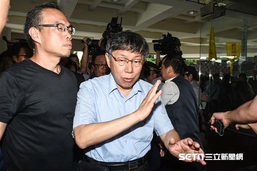 回應民進黨徵召北市長人選,台北市長柯文哲被媒體團團圍繞。 (記者林敬旻攝)