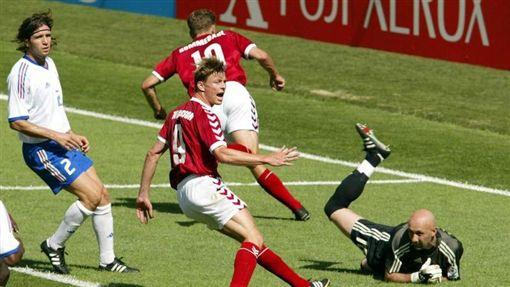 圖為2002年時,法國(著白衣)和丹麥(著紅衣)對戰場景,最後法國以0比2敗給丹麥。圖片來源:美聯社