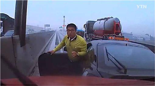 鄰車駕駛昏迷失控…他及時「攔車」救人被讚爆! 圖/翻攝自ytn