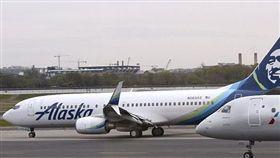 美國阿拉斯加某航班,裸男在機上狂奔遭賞巴賞制伏。(圖/翻攝Daily Mail)