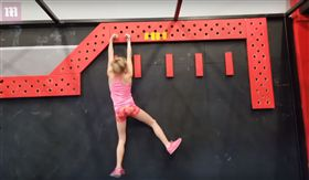 現代小忍者!10歲女童天生「神力」 挑戰極限體能成網紅(圖/翻攝自Daily Mail YouTube)