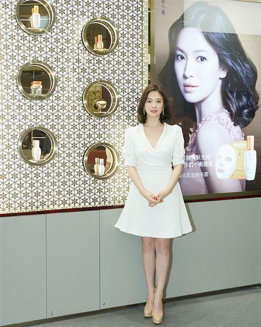 ▲▼宋慧喬以深V洋裝出席上海美妝品牌記者會。(圖/翻攝自IG)