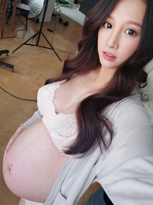 林采緹臉書分享孕肚照。(圖/翻攝自林采緹臉書)