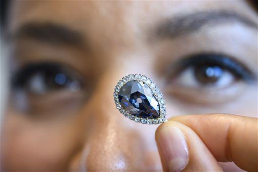 歐洲王室留傳300年「法納斯藍」鑽石 近2億天價拍出 圖/美聯社/達志影像