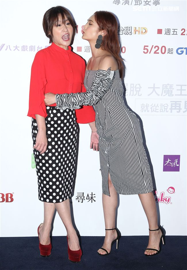 「前男友不是人」演員楊丞琳、海裕芬玩親親。(記者邱榮吉/攝影)