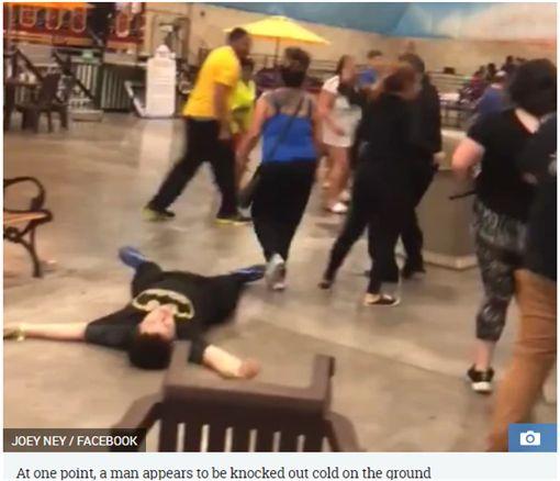 只因借一張椅子爆衝突,大人在遊樂園鬥毆,警斥「荒謬」。(圖/翻攝The Sun)