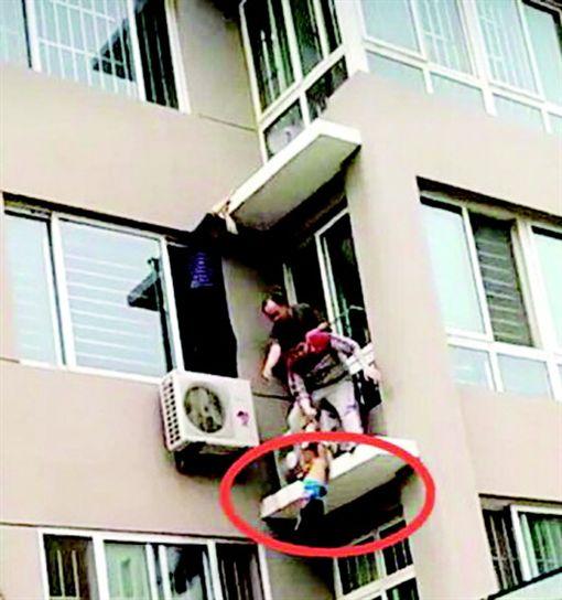 神之手!2歲男童4樓墜落 鄰居「一把抓住」救了他 圖/翻攝自齊魯晚報