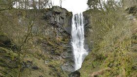 3歲童和阿姨遊瀑布,兩人失足摔落結果竟毫髮無傷。(圖/翻攝shropshirestar)
