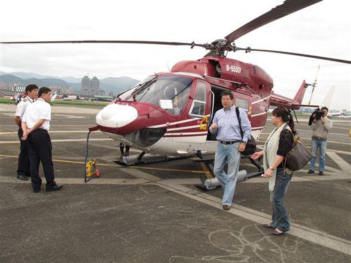 ▲齊柏林累積了數百次的飛行經驗,對台灣地貌的改變如數家珍。(圖/劉克襄提供)