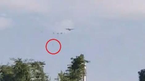 傘兵墜地畫面曝光 民眾手機錄影直擊 圖/民眾提供