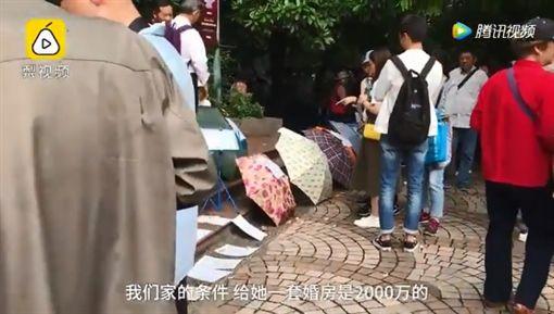 身為父母總會替子女的婚事擔憂!大陸上海有一名大媽為了找兒媳婦,提出超狂的相親條件,學歷除了要4大名校畢業外,也不能太漂亮,否則她的兒子會「hold不住」。不少網友看到後,紛紛直搖頭,直呼「大媽兒子注定單身一輩子!」(圖/翻攝自YouTube《Hermelinda S. Stutler》)