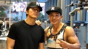 劉畊宏在微博曬出跟言承旭在健身房的合照。(翻攝微博)