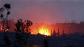 夏威夷火山活動加劇 噴出微波爐大小岩塊(圖/翻攝自推特)