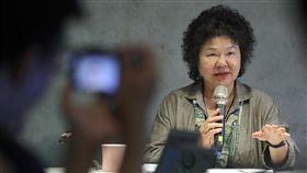 陳菊回答媒體記者提問(1)總統府秘書長陳菊17日赴台東及綠島參訪,並與隨團媒體茶敘,回答媒體記者的提問。中央社記者吳翊寧台東攝 107年5月17日