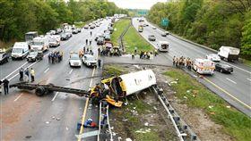 美國新澤西州傾卸車撞校車,兩師生喪命43受傷(圖/翻攝自推特)