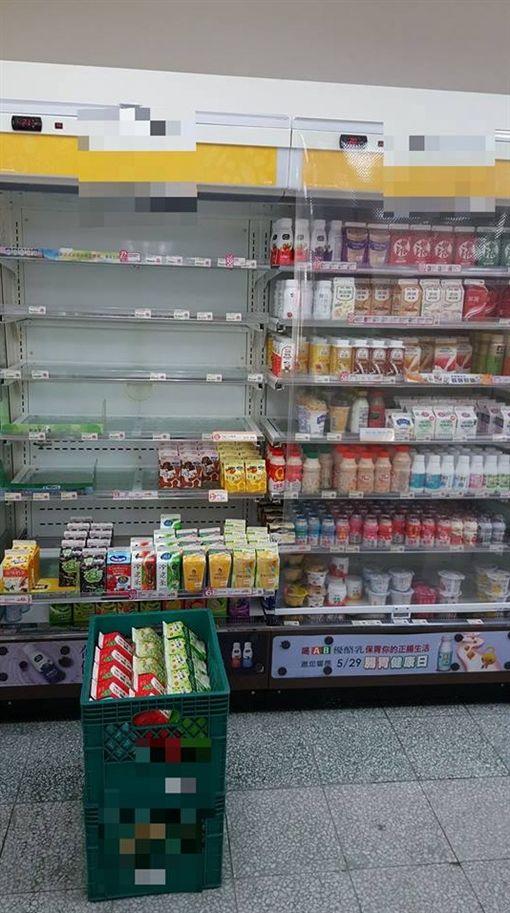 別衝動伸手!超商店員揭密 看到「透明簾」別拿飲料(圖/翻攝自爆廢公社二館臉書)