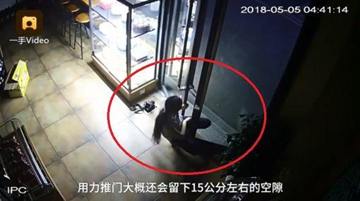 大陸重慶一名女子身體相當「軟Q」,她利用「縮骨功」鑽進寬距15公分的門縫進行偷竊。從去年至今,女子已行竊近10萬元人民幣(約新台幣50萬),目前警方已鎖定該女子,將進一步調查。(圖/翻攝自梨視頻)