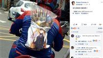 台灣機車男紅了!登「鋼鐵人」FB 網友暴動朝聖(圖/翻攝自小勞勃道尼臉書)
