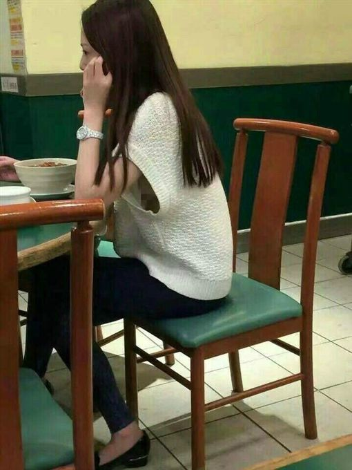 女沒穿內衣出門吃飯,一個動作乳房大走光讓網友暴動。(圖/翻攝爆料公社)