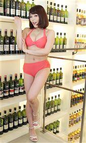 日本AV女優川越唯擁有35F火辣身材,首次來台舉辦「天空女神—川越唯」粉絲見面攝影會,大啃美食對台灣的熱情留下美好印象。(記者邱榮吉/攝影)(喝酒傷身、勿過量)