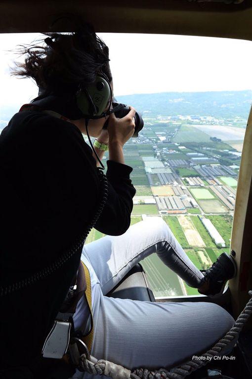 ▲每一次的空拍任務,李欣彤都得分秒必爭,拼命按快門。(圖/阿布電影公司提供)