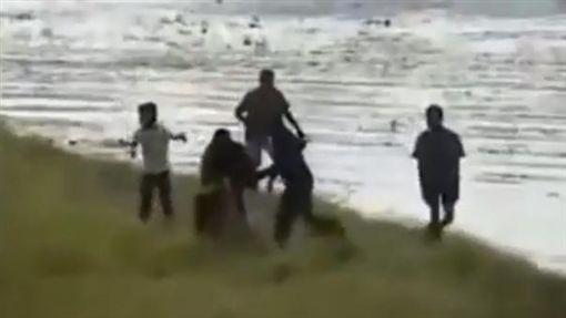 印度大象暴走踩死男子(圖/翻攝自YouTube)