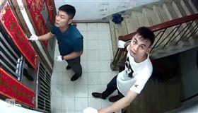 笨賊發現監視器 豬隊友神舉動網笑翻 圖/爆料公社