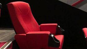 電影院這張單人豪華椅讓網友直喊「好貼心」。(圖/翻攝爆廢公社)