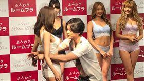 ▲▼山田孝之為模特兒量胸圍時,害羞到眼睛不知該往哪邊放。(圖/翻攝自推特)